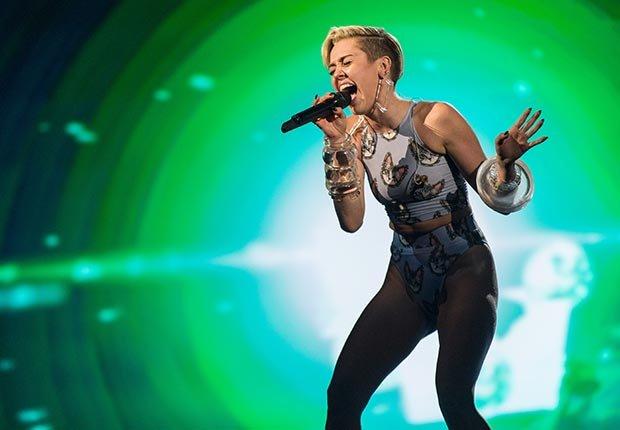 La cantante Miley Cyrus en el escenario durante los 2013 American Music Awards en el Nokia Theatre LA Live el 24 de noviembre de 2013, de Los Angeles, California.