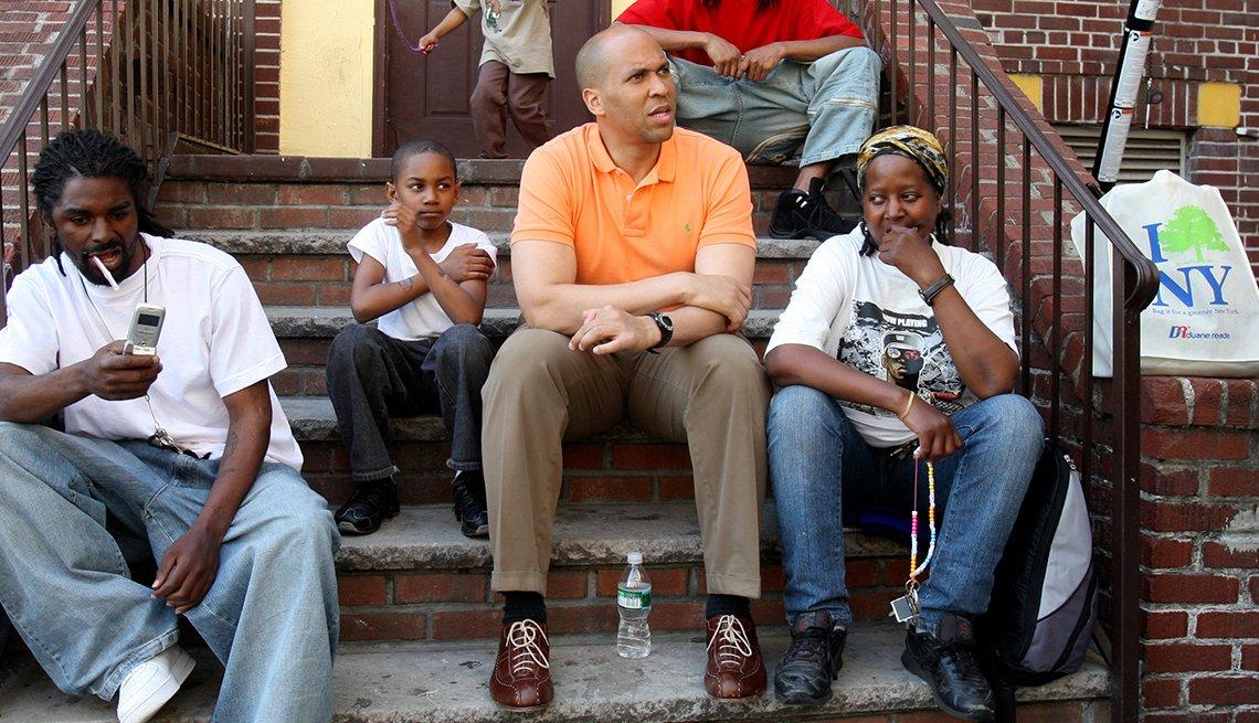 Cory Booker rodeado de jóvenes
