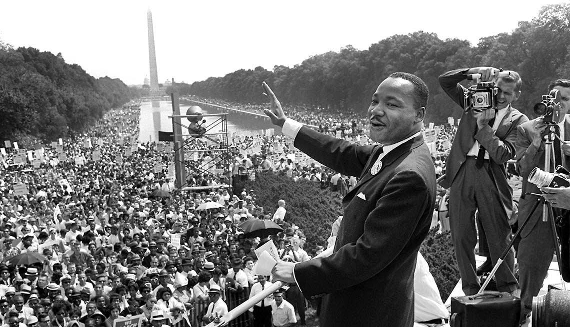 El líder de los derechos civiles, Martin Luther King, saluda a sus seguidores desde el Memorial de Lincoln en Washington DC