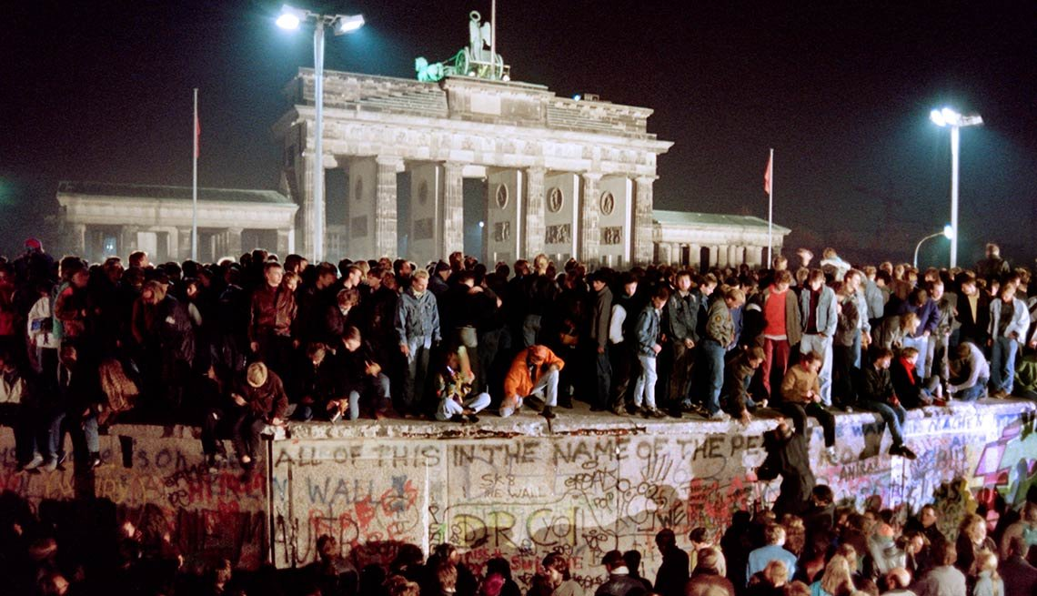 Thousands of young East Berliners, atop the Wall, Brandenburg Gate, 25th anniversary, Fall of the Berlin Wall