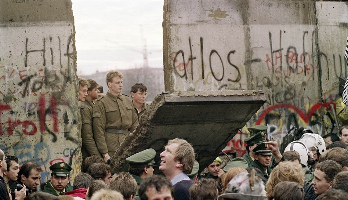West Berliners swarm the Wall, graffiti, East German border guards, new crossing point, 25th anniversary, Fall of the Berlin Wall
