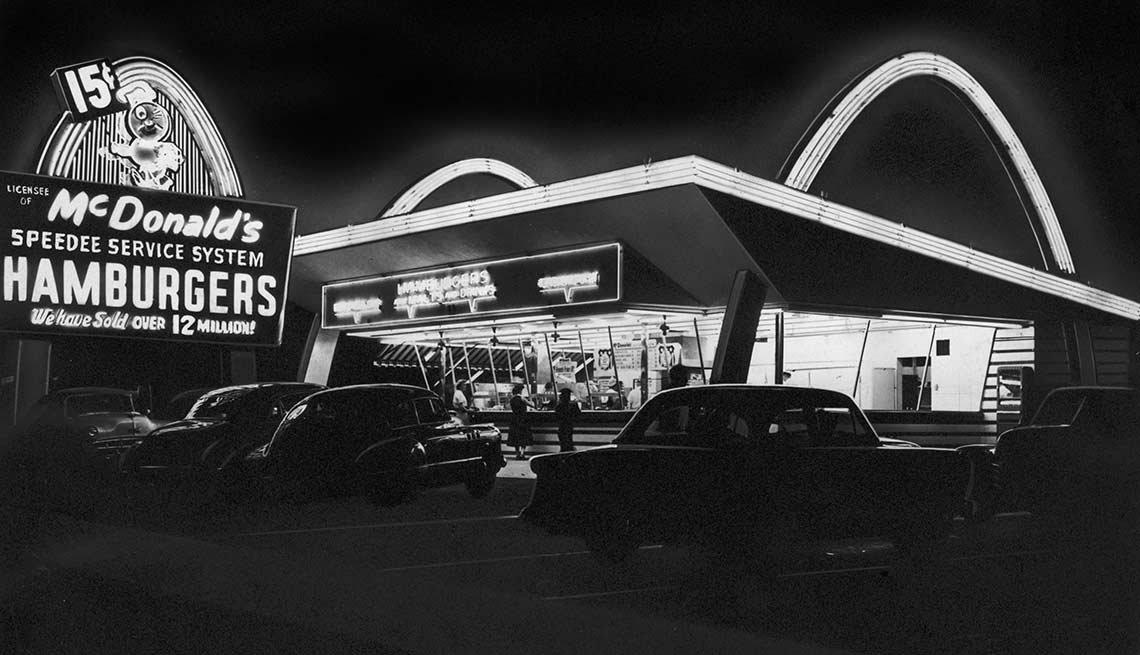 Nace la cadena de restaurantes McDonald's