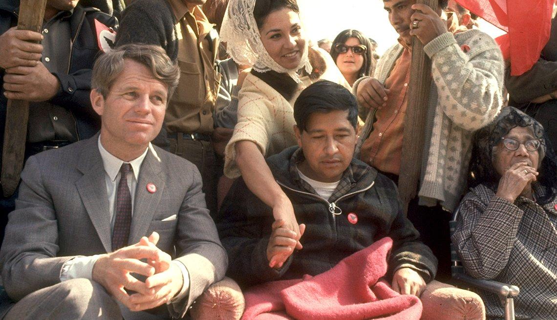 Robert F. Kennedy sentado junto a Cesar Chavez
