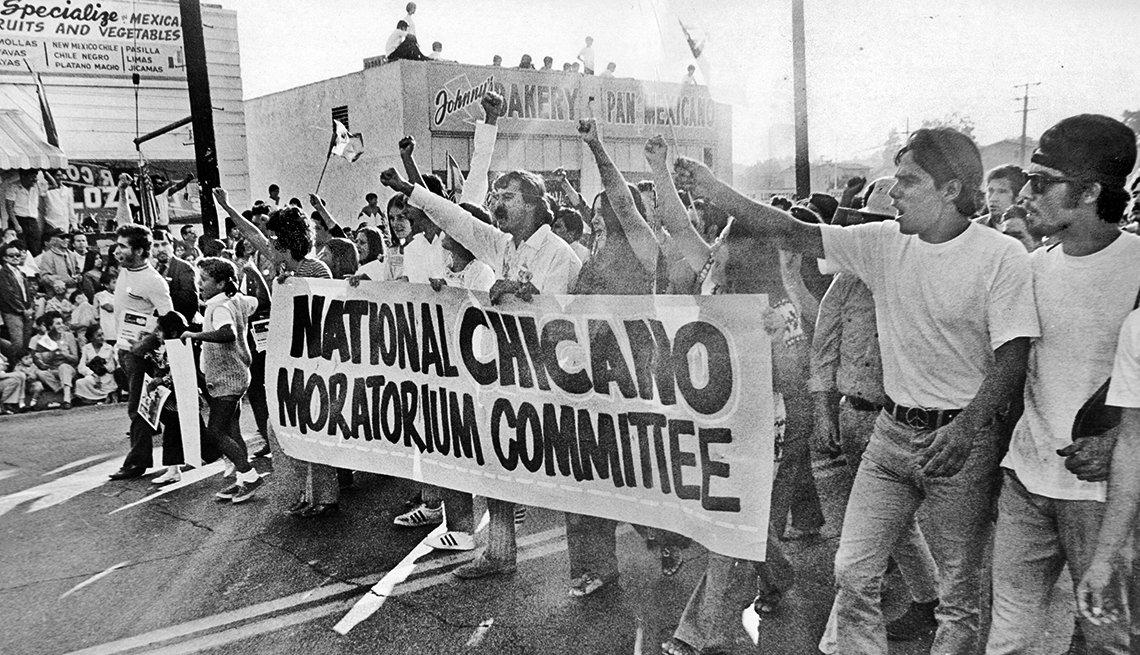 Cerca de 30,000 chicanos que marcharon con el lema ¡Raza sí, Guerra no! en Los Ángeles