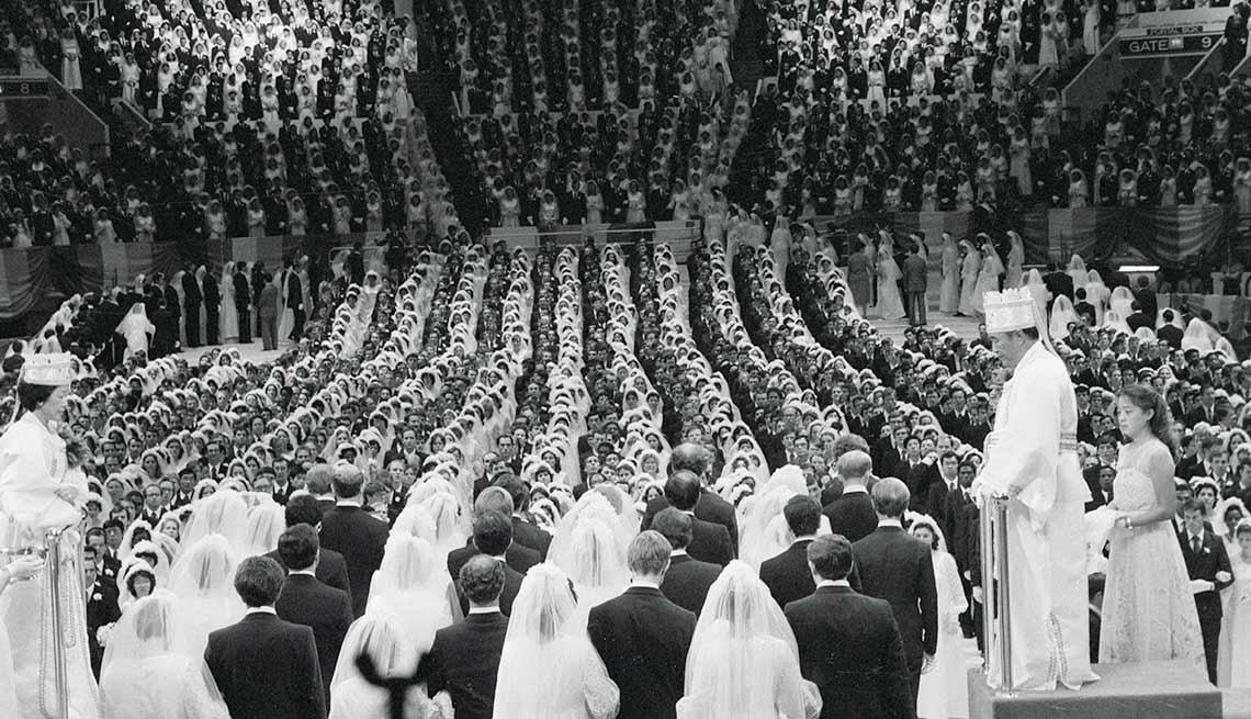 Reverendo Sun Myung Moon casa 2,075 parejas a la vez en el Madison Square Garden