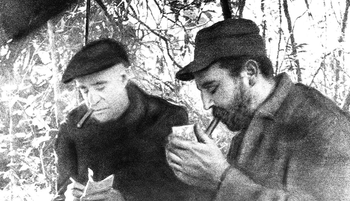 Fidel Castro fumando un habano
