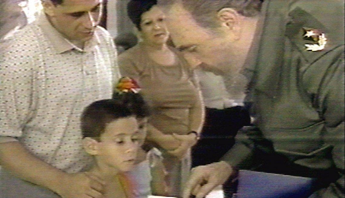 Fidel Castro le habla al niño Elián González