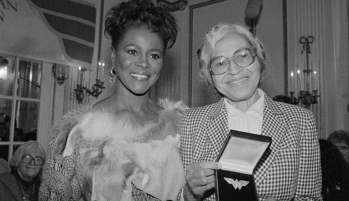 La actriz Cicely Tyson entrega el premio Eleanor Roosevelt a las Mujeres Valientes a Rosa Parks