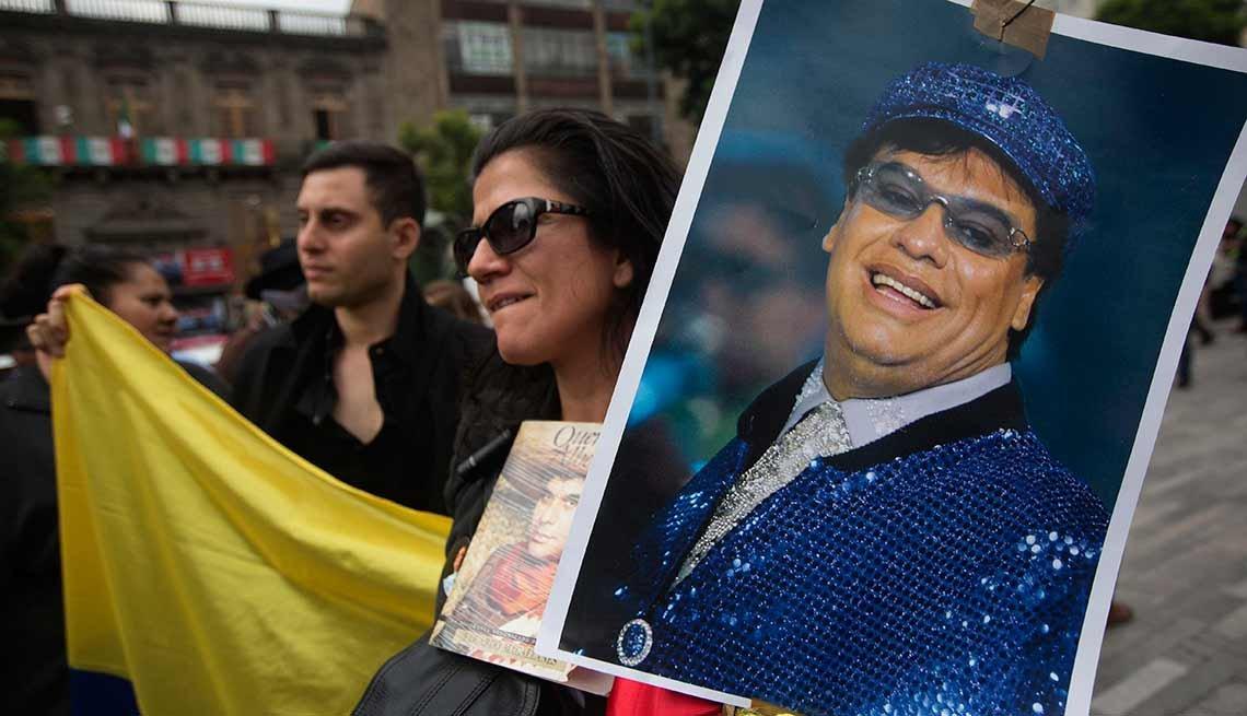 Miles rinden tributo a Juan Gabriel