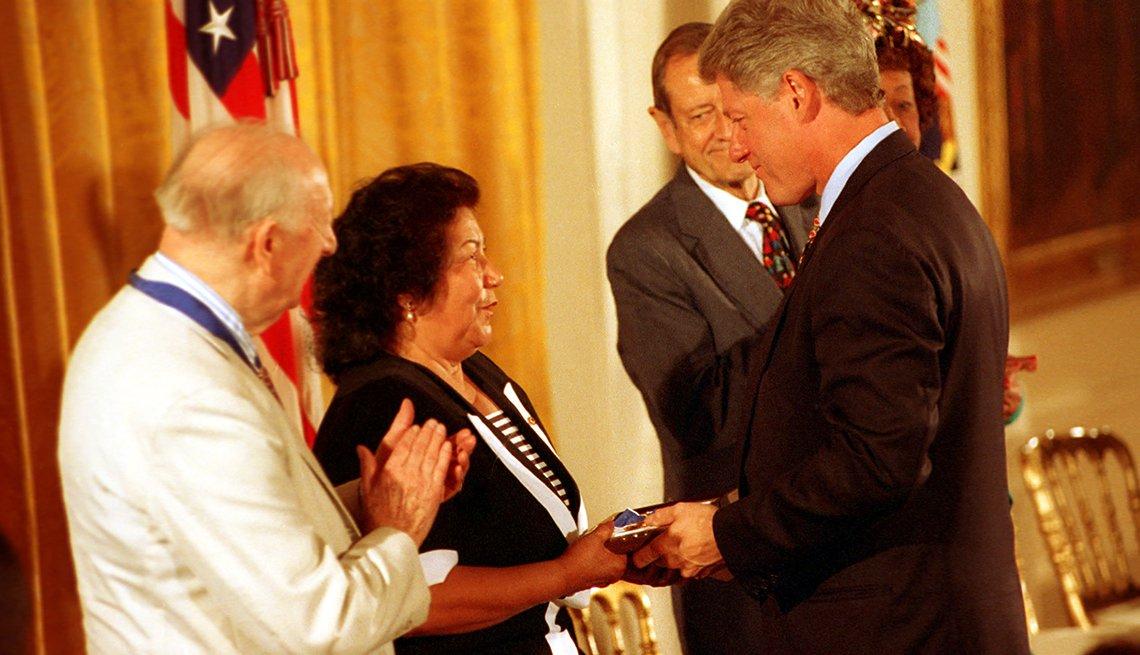 Helen Chávez, viuda de César Chávez, recibe del presidente Bill Clinton la Medalla Presidencial de la Libertad