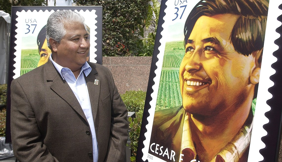 Paul Chávez, hijo de César Chávez , observa una réplica del sello del Servicio Postal de EE.UU.