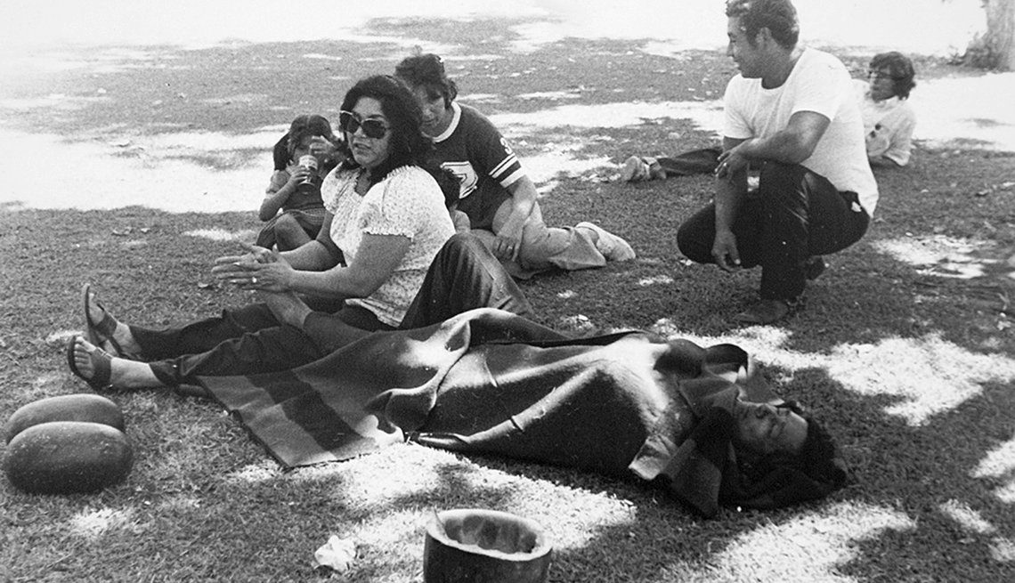 Helen Chávez le hace masaje a los pies de su esposo, César Chávez
