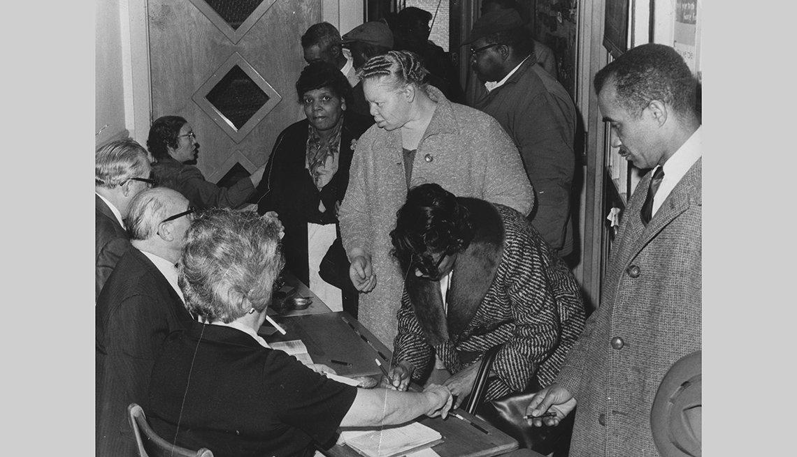 Afro-americanos registrándose para votar
