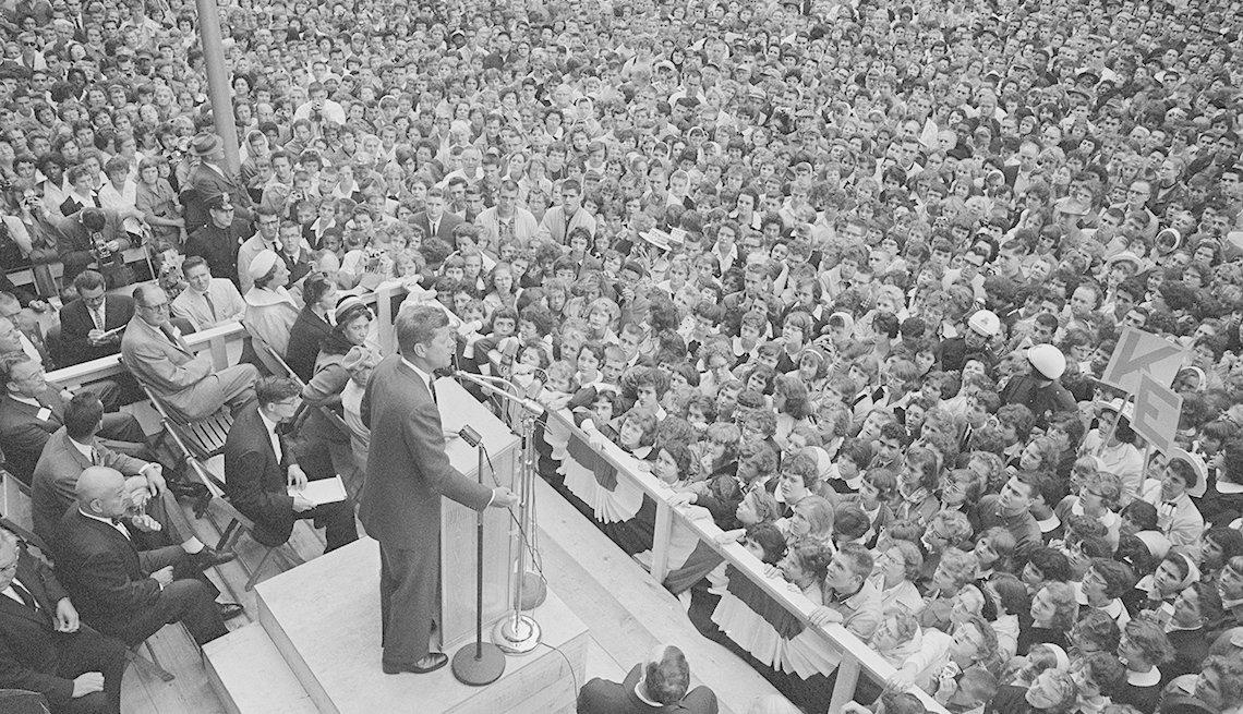 Kennedy habla ante una gran multitud