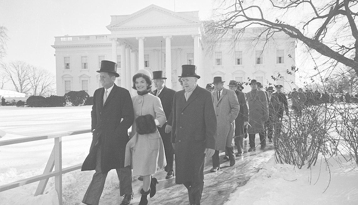 Presidente John F Kennedy y la primera dama Lady Jackie Kennedy caminan cerca de la Casa Blanca