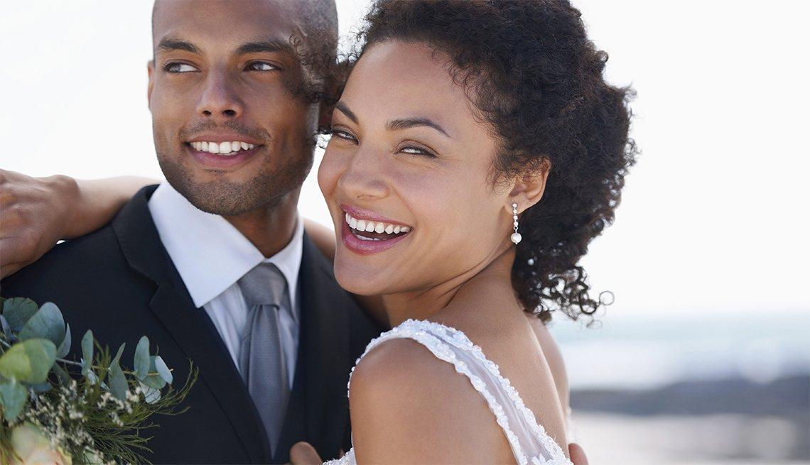 Joven pareja afroamericana en el día de su matrimonio