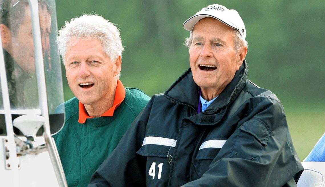 Ex presidentes Bill Clinton y George H Bush vestidos en ropa informal