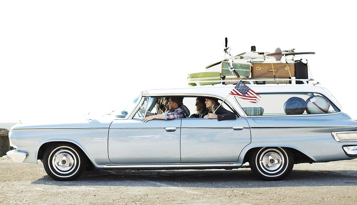 Grupo de amigos en un carro listos para un viaje por carretera