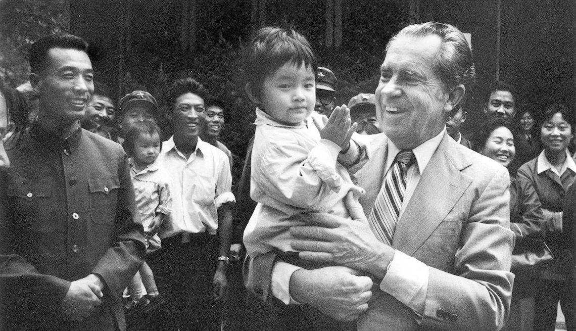 Richard Nixon sostiene una niña en la China