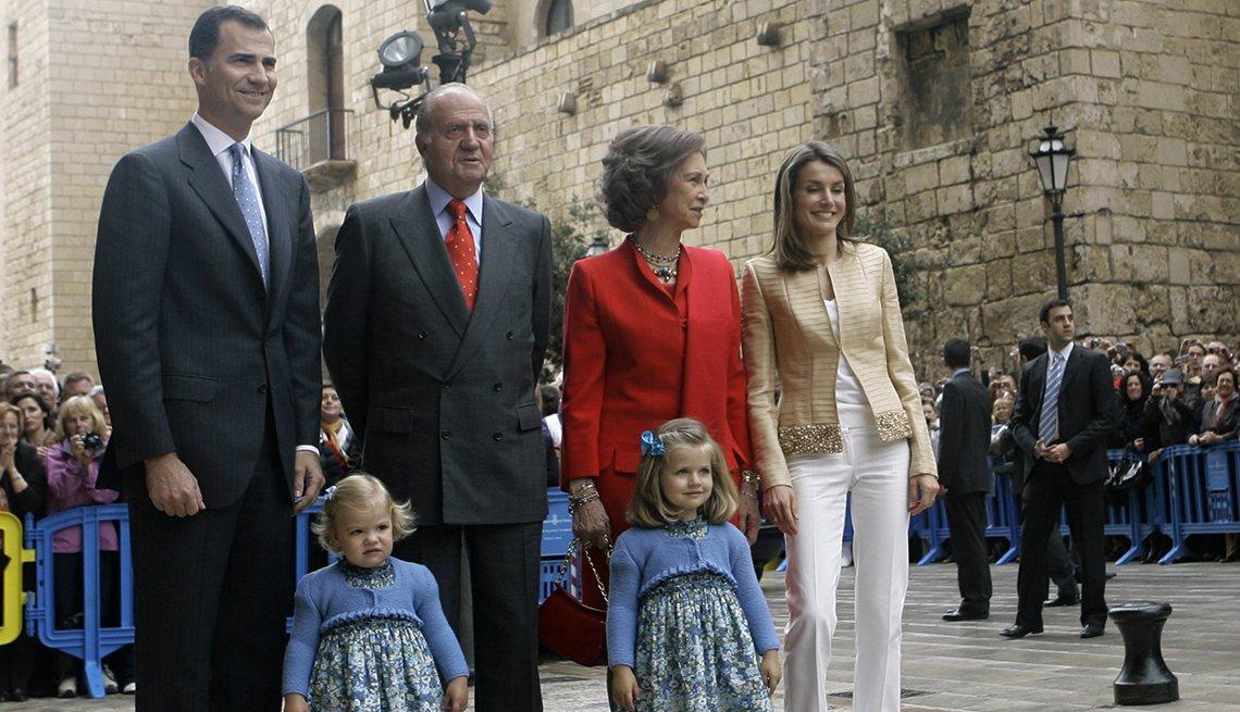 El rey de España Juan Carlos con la reina Sofia y el principe Felipe y su esposa e hijas.