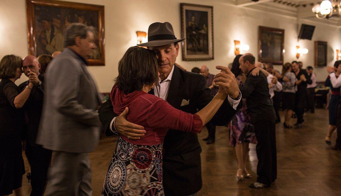 Louis Bianco profesor de baile y dueño de Louis Bianco's Argentine Tango baila con María Teresa López