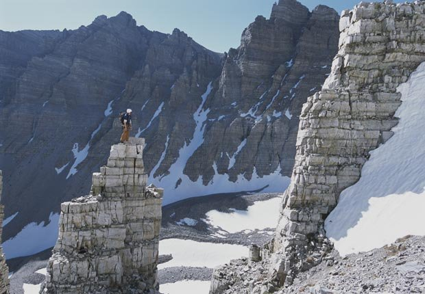 Un escalador lo alto de un pico, Wheeler Peak, Parque Nacional Great Basin.