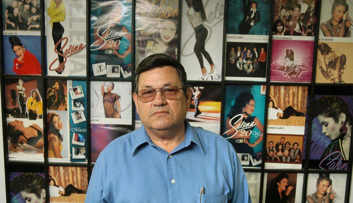 Abraham Quintinilla en el Selena Museum en Corpus Christi, TX - Atracciones turísticas que resaltan la cultura hispana