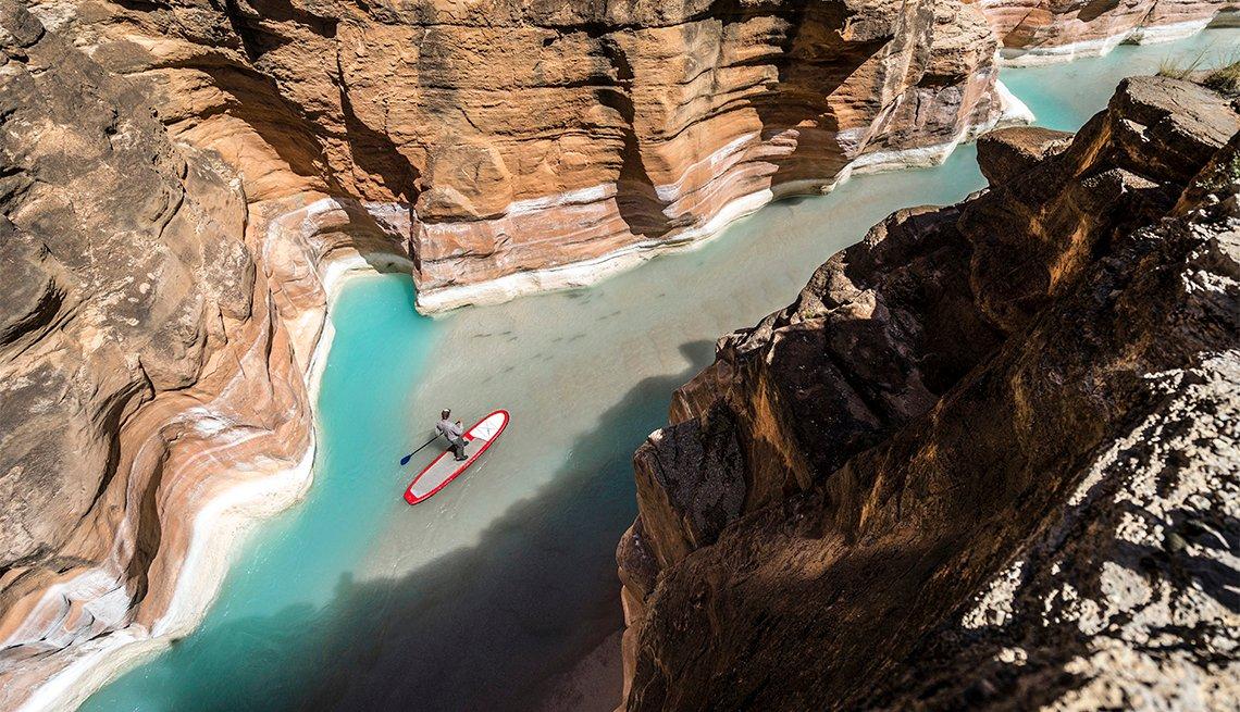 Consejos que tomar en cuenta para explorar un parque nacional - Persona navegando un río