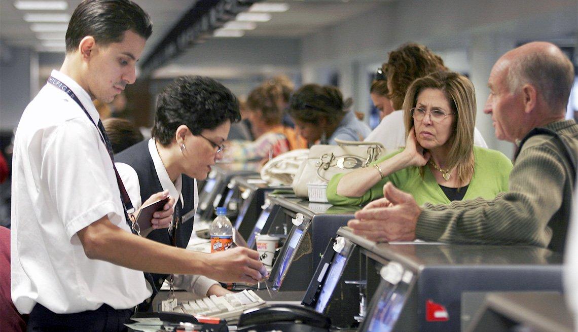 Podrías necesitar tu pasaporte para viajar en avión dentro de EE.UU. - Personas en un aeropuerto