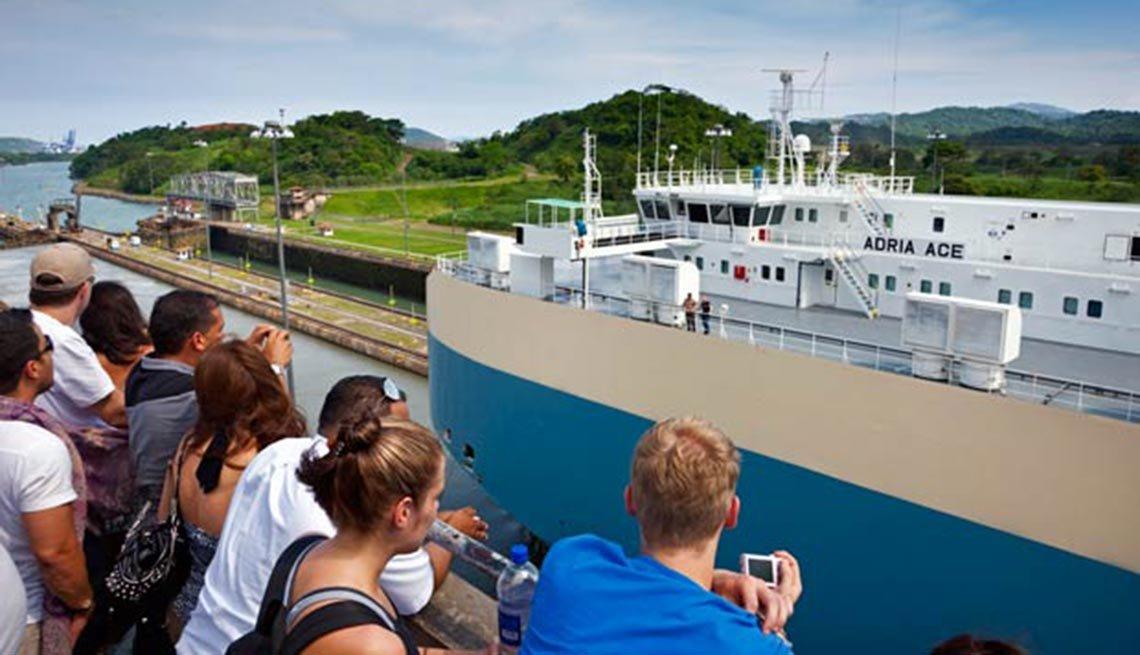 Turistas en el mirador de las esclusas de Miraflores, 10 Hechos ,Turistas en el mirador de las esclusas de Miraflores, 10 Hechos