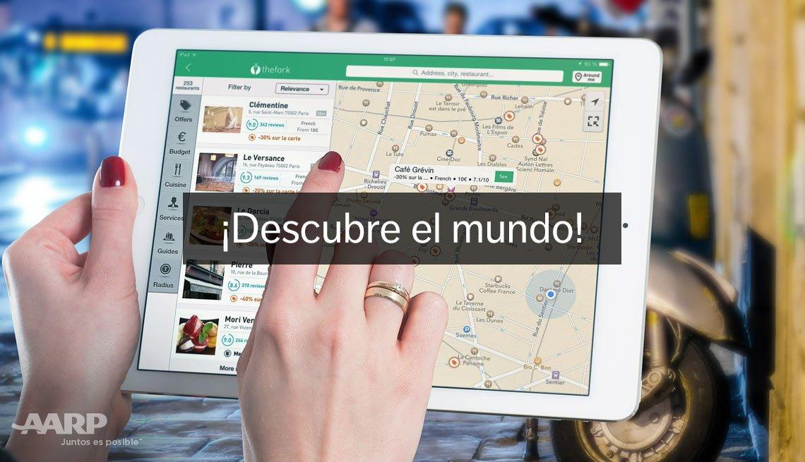 Persona sostiene una tableta electrónica mientras busca en un mapa