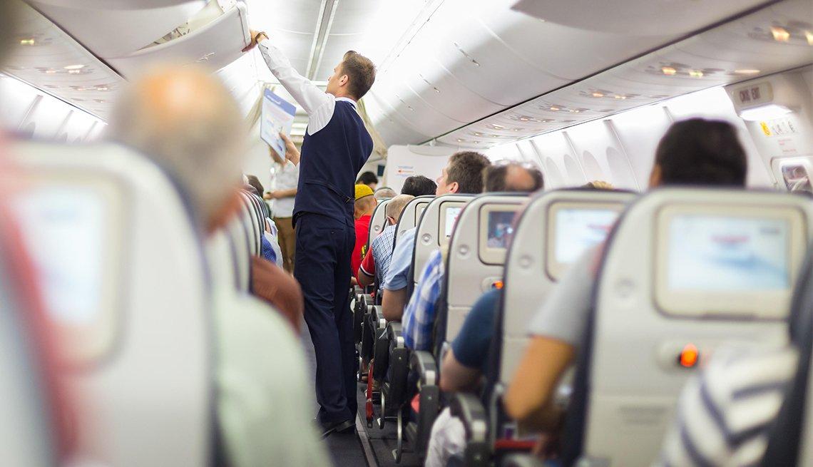 Cuándo pagar más por el boleto de avión - Pasajeros de avión sentados en sus sillas