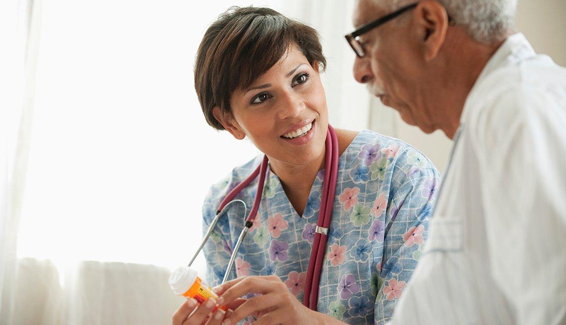 Enfermera latina consultando a un paciente
