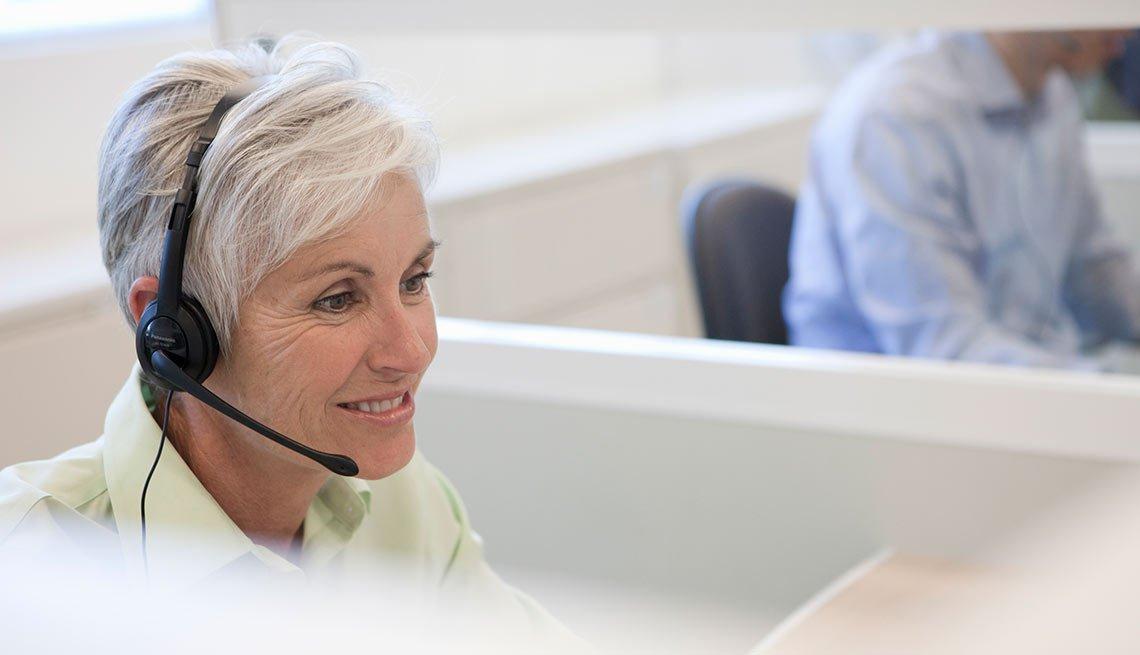 Mujer madura en servicio al cliente,  trabajos en crecimiento