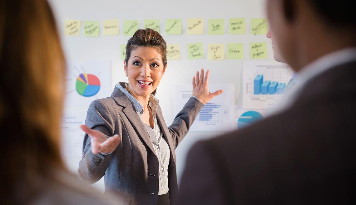 Mujer de negocios hablando en una reunión, crecimiento de empleos
