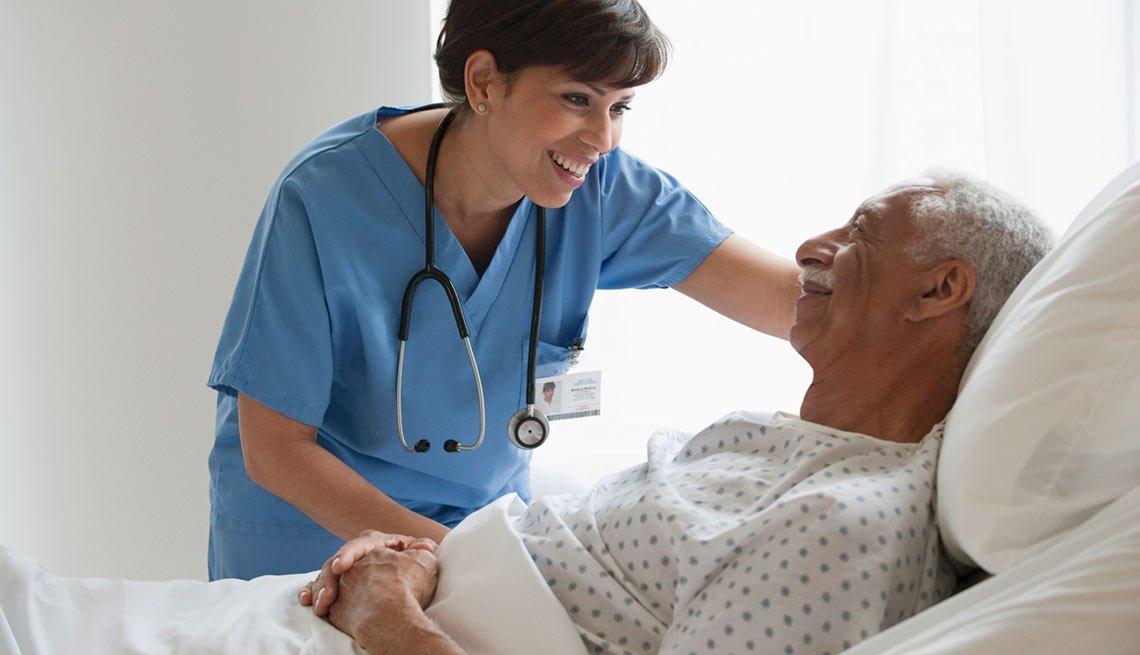 Enfermera con un paciente mayor, crecimiento de empleos