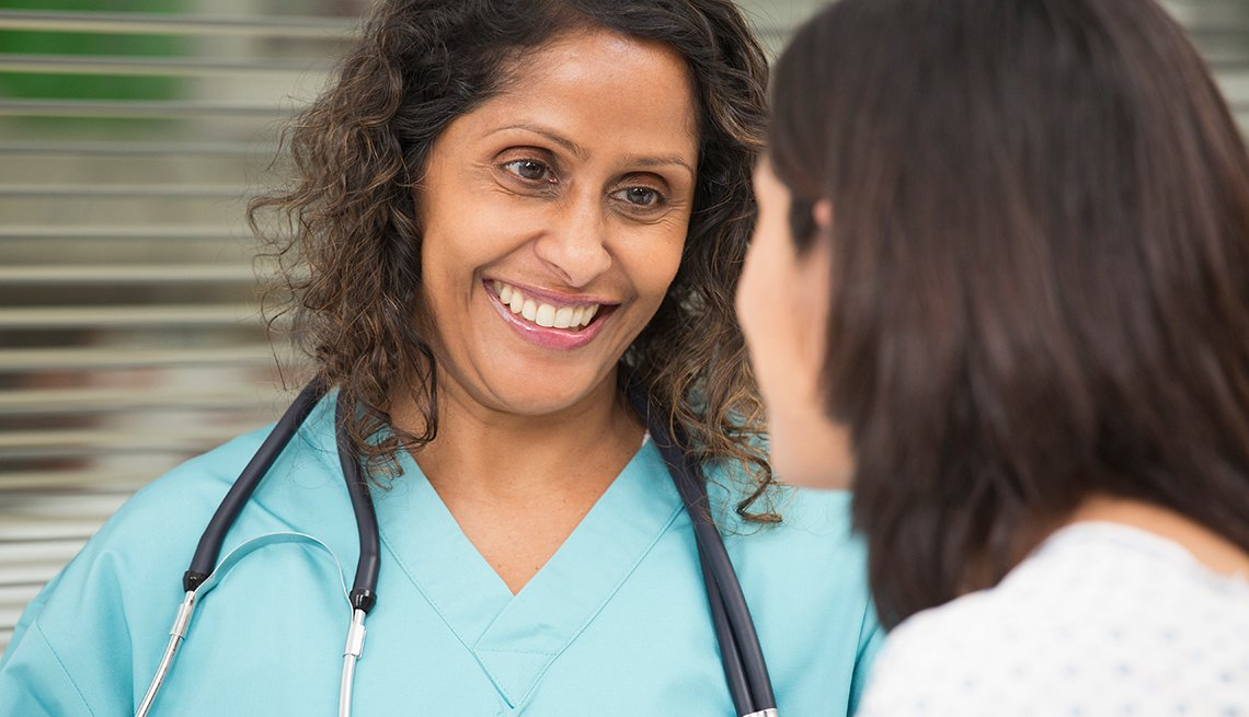 Enfermera hablano con otra mujer
