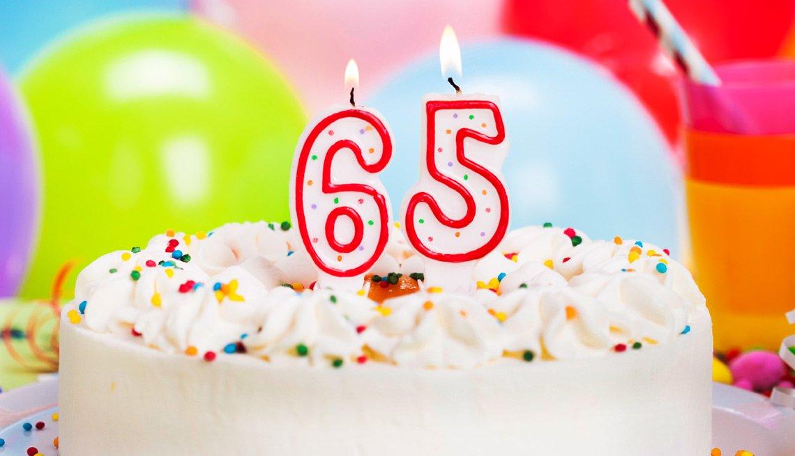 Pastel con el núnero 65 encima - Seguro Social ayuda a los cónyuges