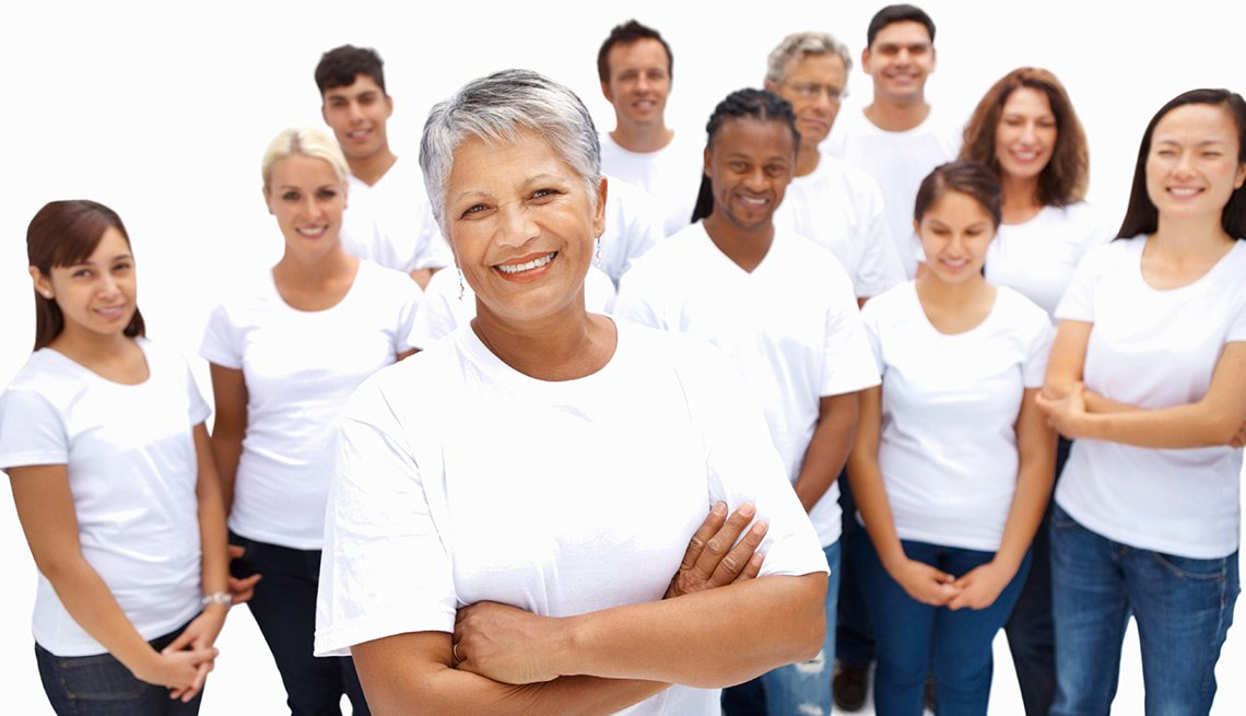 Mujeres de varias edades con camiseta blanca y pantalón azul - Seguro Social ayuda a los cónyuges