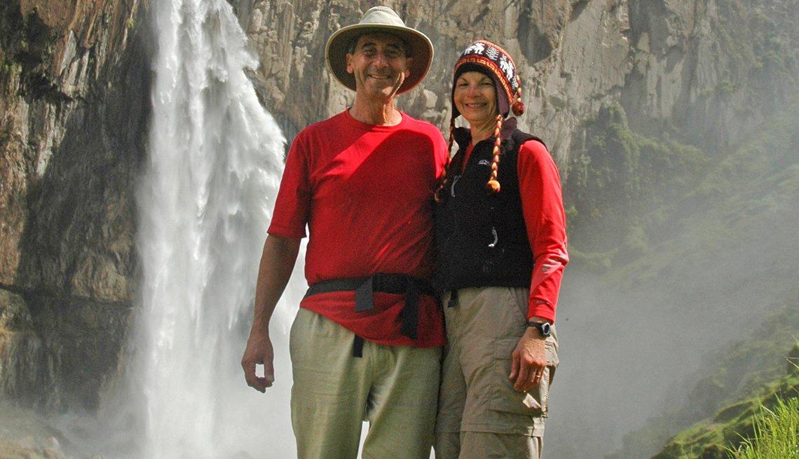 Bill y Wendy Birnbaum frente a una cascada y disfrutando el retiro