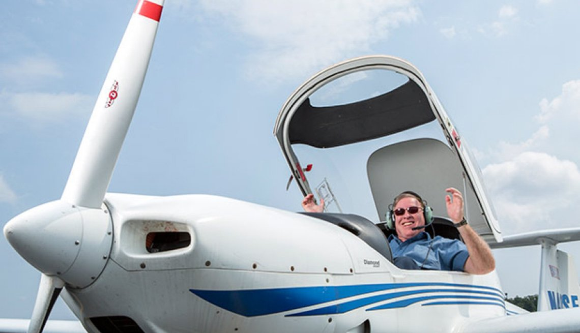 Kenneth Senn en un clase de aviación y listo para el retiro