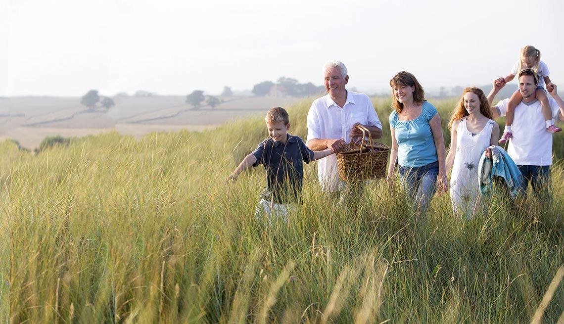 Familia caminando en la pradera