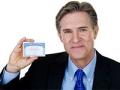 Hombre teniendo una tarjeta del Seguro Social
