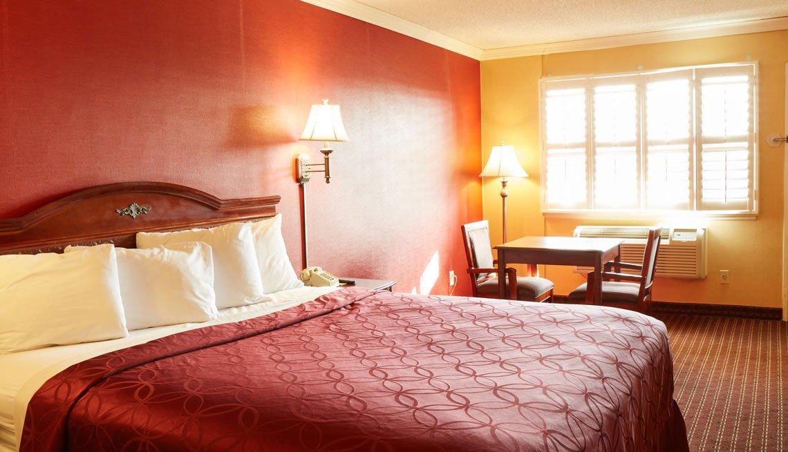 Choice Hotels: Rodeway Inn & Suites - Corona, CA 2017