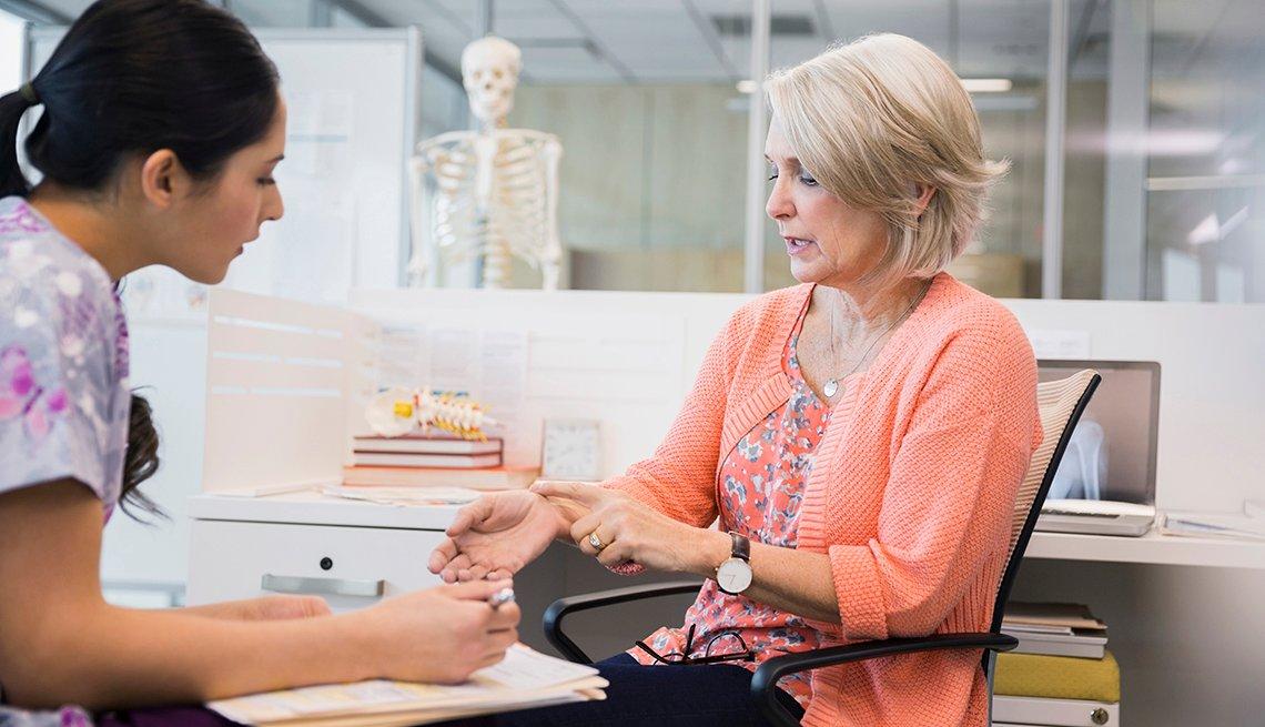 Una paciente adulta con una enfermera en la consulta del médico