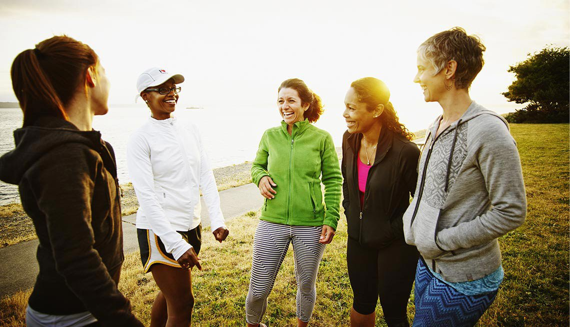 Grupo de mujeres al aire libre con atuendo deportivo