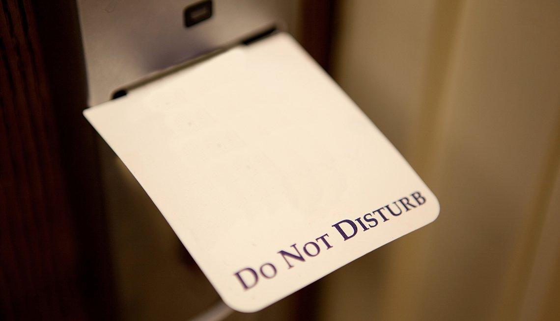 Señal de no molestar en inglés en la puerta de un hotel