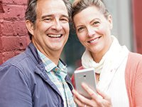 Pareja con un celular - Consumer Cellular - Beneficios de AARP