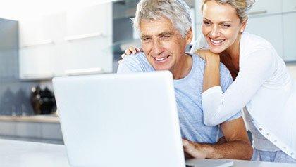 Pareja viendo un computador personal - Rewards for Good