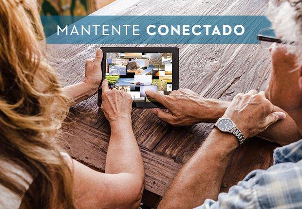 Dos adultos mayores observan una tableta electrónica